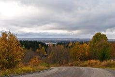 Κενός αγροτικός δρόμος το φθινόπωρο με τα χρωματισμένα δέντρα Στοκ φωτογραφία με δικαίωμα ελεύθερης χρήσης