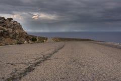 Κενός ατελείωτος δρόμος βουνών προς τη Kato Zakros, Κρήτη, Ελλάδα Στοκ εικόνα με δικαίωμα ελεύθερης χρήσης