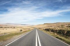 Κενός δρόμος ασφάλτου στα αναγνωριστικά σήματα Brecon, UK στοκ εικόνες
