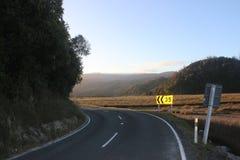 Κενός δρόμος με τα σημάδια οδών που εξισώνουν το ηλιοβασίλεμα Νέα Ζηλανδία Στοκ εικόνα με δικαίωμα ελεύθερης χρήσης