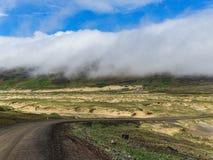 Κενός δρόμος στην Ισλανδία με τα σύννεφα στο υπόβαθρο Στοκ Εικόνες