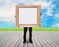 Κενός λευκός πίνακας εκμετάλλευσης ατόμων με το ξύλινο πλαίσιο Στοκ Φωτογραφία