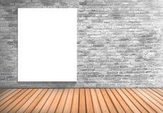 Κενός λευκός πίνακας πλαισίων σε έναν συγκεκριμένο τοίχο blick και ένα ξύλινο floo Στοκ φωτογραφία με δικαίωμα ελεύθερης χρήσης