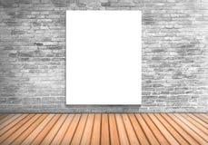 Κενός λευκός πίνακας πλαισίων σε έναν συγκεκριμένο τοίχο blick και ένα ξύλινο floo Στοκ Φωτογραφίες