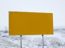 Κενός δευτερεύων δρόμος πινάκων διαφημίσεων στο χιόνι Στοκ Φωτογραφία