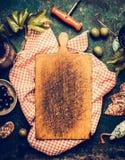 Κενός ηλικίας τέμνων πίνακας στην παραδοσιακή κόκκινη πετσέτα καρό, γύρω από τα πρόχειρα φαγητά και το antipasti: κρασί, ελιές, φ Στοκ εικόνες με δικαίωμα ελεύθερης χρήσης