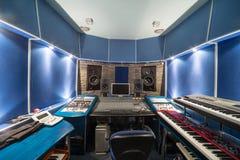 Κενός θάλαμος ελέγχου με τον εξοπλισμό μουσικής Στοκ Εικόνες