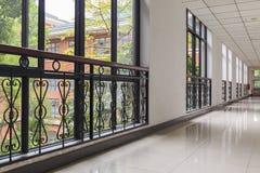 Κενός διάδρομος γραφείων στο σύγχρονο κτίριο γραφείων με το παράθυρο γυαλιού Στοκ Φωτογραφίες