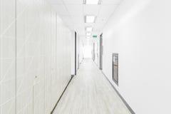 Κενός διάδρομος στο νοσοκομείο στοκ φωτογραφίες