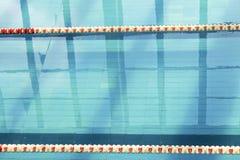 Κενός διάδρομος της πισίνας με τους πλαστικούς διαιρέτες Στοκ φωτογραφία με δικαίωμα ελεύθερης χρήσης