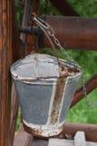 Κενός κάδος χάλυβα που στέκεται κατακόρυφα σε κλειστό καλά στοκ εικόνα με δικαίωμα ελεύθερης χρήσης
