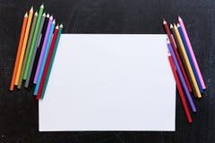 Κενός κατάλογος εγγράφου με τα χρωματισμένα μολύβια στο πίσω υπόβαθρο στοκ εικόνες με δικαίωμα ελεύθερης χρήσης