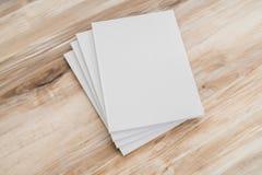 Κενός κατάλογος, περιοδικά, χλεύη βιβλίων επάνω στο ξύλινο υπόβαθρο στοκ φωτογραφία με δικαίωμα ελεύθερης χρήσης