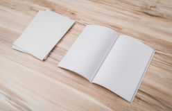 Κενός κατάλογος, περιοδικά, χλεύη βιβλίων επάνω στο ξύλινο υπόβαθρο στοκ φωτογραφίες