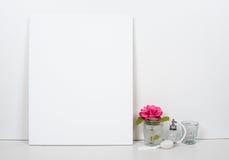 Κενός κενός καμβάς σε ένα άσπρο υπόβαθρο, εγχώριο εσωτερικό ντεκόρ στοκ φωτογραφίες