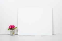 Κενός κενός καμβάς σε ένα άσπρο υπόβαθρο, εγχώριο εσωτερικό ντεκόρ στοκ εικόνες