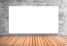 Κενός μεγάλος λευκός πίνακας πλαισίων σε έναν συγκεκριμένο τοίχο blick και woode Στοκ Εικόνες