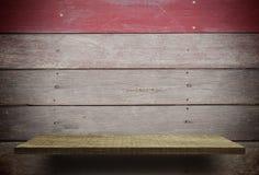 Κενός ξύλινος μετρητής ραφιών στο βρώμικο ξύλο Στοκ εικόνα με δικαίωμα ελεύθερης χρήσης