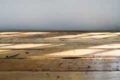 Κενός ξύλινος πίνακας με την ελαφριά σκιά από το παράθυρο Στοκ φωτογραφία με δικαίωμα ελεύθερης χρήσης