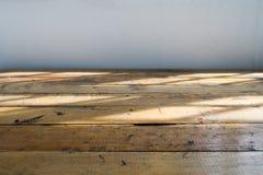 Κενός ξύλινος πίνακας με την ελαφριά σκιά από το παράθυρο Στοκ Εικόνες