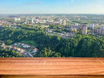 Κενός ξύλινος πίνακας με το θολωμένο υπόβαθρο της εναέριας άποψης της πόλης Nizhny Novgorod Μπορέστε να χρησιμοποιηθείτε για την  στοκ εικόνες