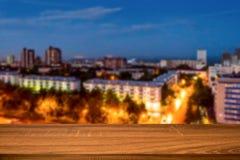 Κενός ξύλινος πίνακας με το θολωμένο υπόβαθρο της πόλης νύχτας Μπορέστε να χρησιμοποιηθείτε για το προϊόν επίδειξης ή montage στοκ φωτογραφία