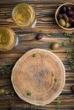 Κενός ξύλινος πίνακας με το κενό διάστημα για το κείμενο με τις ελιές Στοκ Φωτογραφία