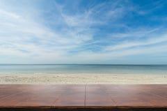 Κενός ξύλινος πίνακας στον πυθμένα θάλασσας Στοκ Εικόνες