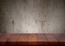 Κενός ξύλινος τοπ πίνακας Ανασκόπηση τοίχων τσιμέντου στοκ φωτογραφία με δικαίωμα ελεύθερης χρήσης