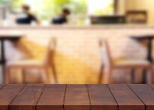 Κενός ξύλινος τοπ πίνακας και θολωμένο υπόβαθρο καφετεριών Στοκ φωτογραφία με δικαίωμα ελεύθερης χρήσης