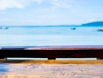 Κενός ξύλινος φραγμός επιτραπέζιων κορυφών seascape στο υπόβαθρο στοκ εικόνα με δικαίωμα ελεύθερης χρήσης