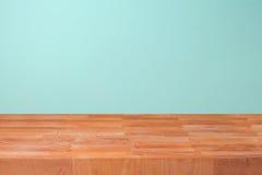 Κενός ξύλινος μετρητής κουζινών πέρα από το υπόβαθρο τοίχων μεντών για το montage προϊόντων στοκ φωτογραφίες