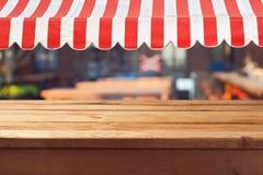 Κενός ξύλινος πίνακας γεφυρών με για την επίδειξη montage προϊόντων Στοκ φωτογραφία με δικαίωμα ελεύθερης χρήσης