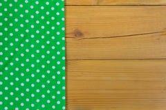 Κενός ξύλινος πίνακας γεφυρών με το τραπεζομάντιλο με τα σημεία Πόλκα Στοκ φωτογραφία με δικαίωμα ελεύθερης χρήσης