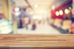 Κενός ξύλινος πίνακας και θολωμένο montage επίδειξης υποβάθρου για τη διαφήμιση και προϊόν στις αγορές στο πολυκατάστημα Blu Defo Στοκ φωτογραφία με δικαίωμα ελεύθερης χρήσης