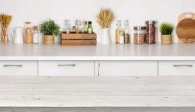 Κενός ξύλινος πίνακας με την εικόνα bokeh του εσωτερικού πάγκων κουζινών