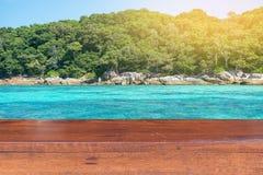 Κενός ξύλινος πίνακας με το υπόβαθρο νησιών Στοκ εικόνα με δικαίωμα ελεύθερης χρήσης
