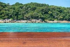 Κενός ξύλινος πίνακας με το υπόβαθρο νησιών Στοκ Φωτογραφίες