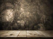 Κενός ξύλινος πίνακας πέρα από κενό έτοιμο τοίχων grunge για το προϊόν σας στοκ εικόνες με δικαίωμα ελεύθερης χρήσης