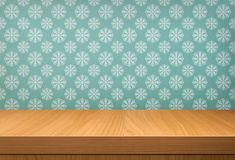 Κενός ξύλινος πίνακας πέρα από την εκλεκτής ποιότητας ταπετσαρία με ένα σχέδιο του χιονιού Στοκ φωτογραφία με δικαίωμα ελεύθερης χρήσης