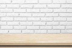 Κενός ξύλινος πίνακας πέρα από το τουβλότοιχο whte Στοκ Εικόνα