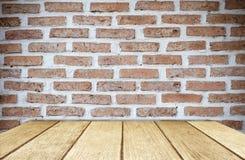 Κενός ξύλινος πίνακας πέρα από το υπόβαθρο τουβλότοιχος, επίδειξη προϊόντων Στοκ εικόνα με δικαίωμα ελεύθερης χρήσης