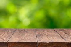 Κενός ξύλινος πίνακας στο πράσινο κλίμα στοκ φωτογραφία