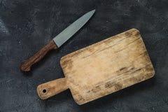 Κενός ξύλινος τέμνων πίνακας με το μαχαίρι κουζινών διάστημα αντιγράφων Στοκ φωτογραφίες με δικαίωμα ελεύθερης χρήσης