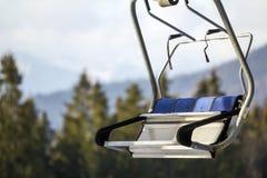 Κενός πάγκος ανελκυστήρων καρεκλών στα βουνά Στοκ Φωτογραφίες