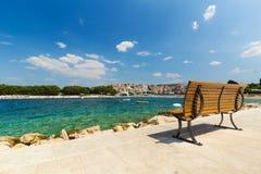 Κενός πάγκος από τον περίπατο θάλασσας, Primosten, Κροατία Στοκ Εικόνες