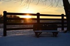 Κενός πάγκος εραστών σε ένα κρύο χιονώδες πρωί στοκ εικόνα