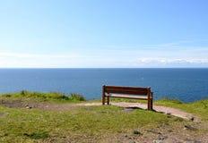 Κενός πάγκος κοντά στη θάλασσα που μένει μόνη στοκ εικόνες