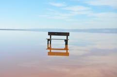 Κενός πάγκος που στέκεται στη μέση του νερού Στοκ εικόνα με δικαίωμα ελεύθερης χρήσης