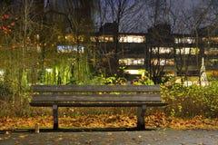 Κενός πάγκος σε ένα parc Στοκ φωτογραφία με δικαίωμα ελεύθερης χρήσης